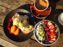 Ägg Benedict och fruktmål Fotografering för Bildbyråer