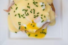 Ägg Benedict rostade ägg och holla för engelska muffin skinka tjuvjagade Arkivbild