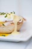 Ägg Benedict rostade ägg och holla för engelska muffin skinka tjuvjagade Royaltyfri Bild