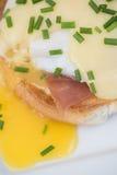 Ägg Benedict rostade ägg och holla för engelska muffin skinka tjuvjagade Royaltyfri Foto
