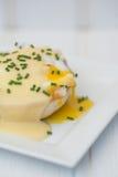 Ägg Benedict rostade ägg och holla för engelska muffin skinka tjuvjagade Royaltyfria Bilder