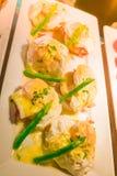 Ägg Benedict rostade engelska muffin, skinka, tjuvjagad äggaspara Royaltyfria Bilder