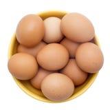 Ägg bruna ägg i den gula plattan, bästa sikt som isoleras på vitBac Royaltyfria Foton
