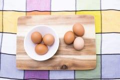 Ägg bruna ägg i den vita plattan på träbrädet, bästa sikt Royaltyfri Foto