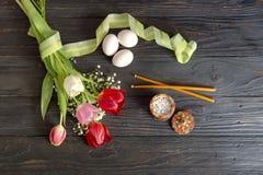 Ägg, en bukett av tulpan, rökelse och kyrkastearinljus Fotografering för Bildbyråer
