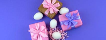 Ägg för ask för banerpåskgåva fastställda och vita Royaltyfri Fotografi
