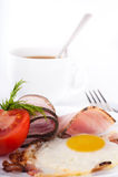ägg för baconcoffekopp stekte tomater Arkivfoto
