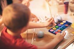 Ägg för barnmålarfärgpåsk Arkivbilder