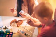 Ägg för barnmålarfärgpåsk Arkivbild