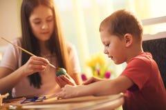 Ägg för barnmålarfärgpåsk Royaltyfri Foto