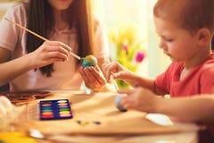 Ägg för barnmålarfärgpåsk Fotografering för Bildbyråer