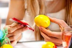 Ägg för barnmålarfärgpåsk hemma. Arkivbilder