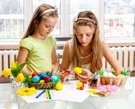 Ägg för barnmålarfärgpåsk hemma. Fotografering för Bildbyråer