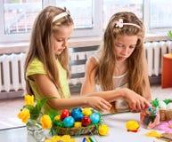 Ägg för barnmålarfärgpåsk hemma Royaltyfri Foto