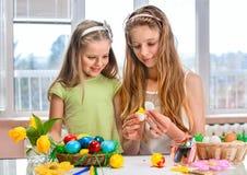 Ägg för barnmålarfärgpåsk hemma Arkivbilder