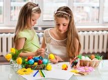 Ägg för barnmålarfärgpåsk hemma Royaltyfri Fotografi