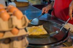 Ägg för framställning av en indisk traditionell mat som göras av mjöl royaltyfri foto