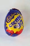 Ägg för kräm för Cadbury ` s Arkivbilder
