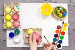 Ägg för kvinnamålningpåsk lyckliga easter Fotografering för Bildbyråer