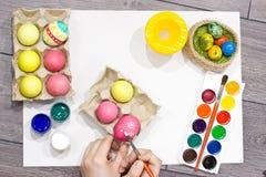 Ägg för kvinnamålningpåsk lyckliga easter Royaltyfri Foto