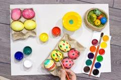 Ägg för kvinnamålningpåsk lyckliga easter Royaltyfria Bilder