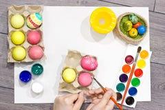 Ägg för kvinnamålningpåsk lyckliga easter Royaltyfria Foton