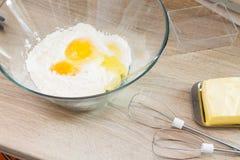 Ägg för mjöl för degkockkök Arkivfoton