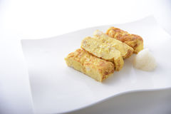 Ägg för omelett för carte för japanUeno yakitori på det vita uppläggningsfatet Royaltyfri Foto