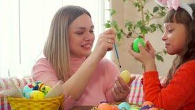 Ägg för påsk för närbildmamma- och dottermålarfärg och borstar killar därefter varje - annat näsor lager videofilmer