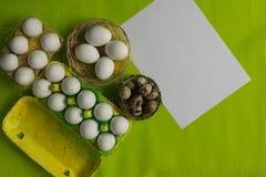Ägg för för vithönahöna och vaktel i den kulöra pappers- eco-vänskapsmatchen som förpackar med bakgrund för påsk för sisalhampanä Royaltyfria Bilder