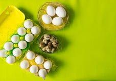 Ägg för för vithönahöna och vaktel i den kulöra pappers- eco-vänskapsmatchen som förpackar med bakgrund för påsk för sisalhampanä Arkivbilder