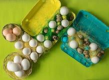 Ägg för för vithönahöna och vaktel i den kulöra pappers- eco-vänskapsmatchen som förpackar med bakgrund för påsk för sisalhampanä Arkivfoto