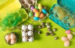 Ägg för för vithönahöna och vaktel i den kulöra pappers- eco-vänskapsmatchen som förpackar med bakgrund för påsk för sisalhampanä Royaltyfri Fotografi