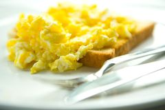 ägg förvanskade rostat bröd royaltyfri fotografi