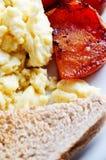 ägg förvanskade rostat brödtomater Arkivfoton