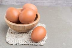 Ägg Fega ägg i packen på en cementbakgrund Chicke Royaltyfri Fotografi