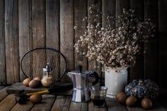 Ägg gammalt kaffe, torra små blommor, gammal badmintonracket, bottl Fotografering för Bildbyråer