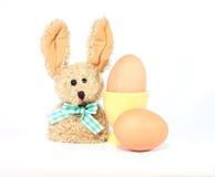 Ägg i äggkopp och den easter kaninen Fotografering för Bildbyråer