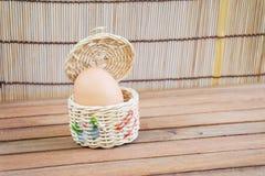 Ägg, i att förpacka arkivfoto
