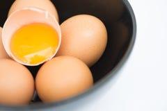 Ägg i bunke och fokusera på äggulan Arkivfoto