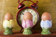 Ägg i de dekorativa keramiska ställningarna Arkivbild