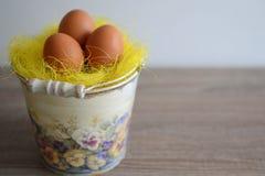 Ägg i dekorativ hink Arkivbild