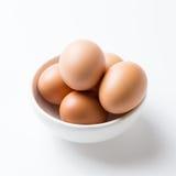 Ägg i den vita bunken Arkivfoton