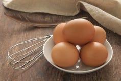 Ägg i den vita plattan Royaltyfria Bilder