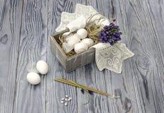 Ägg i en ask, kyrkastearinljus och rökelse Arkivfoton