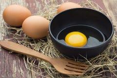 Ägg i en bunke av svart Royaltyfri Fotografi