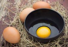 Ägg i en bunke av svart Royaltyfria Foton