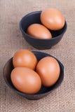 Ägg i en bunke på den bruna säcken Royaltyfri Fotografi