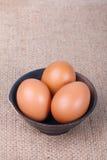 Ägg i en bunke på den bruna säcken Royaltyfria Bilder