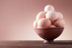 Ägg i en bunke på en tabell Royaltyfria Bilder